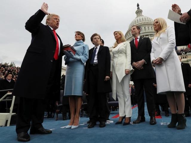 Ông Trump đọc lời tuyên thệ trước Thẩm phán Tòa tối cao Justice John Roberts, chính thức trở thành Tổng thống thứ 45 của Mỹ ngày 20/1/2017. (Ảnh: Reuters)