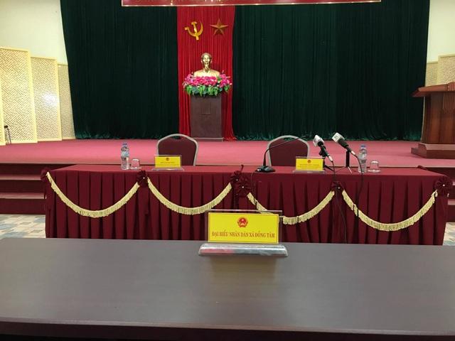 Hội trường buổi đối thoại đã chuẩn bị sẵn sàng nhưng bà con xã Đồng Tâm không có mặt. (Ảnh: Quang Phong)