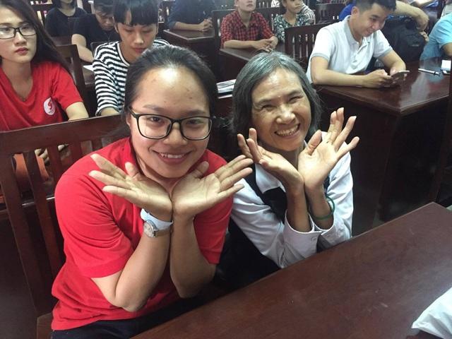 Dù đã 66 tuổi, cô Nghiêm Vân Hồng vẫn ứng cử tham gia làm tình nguyện viên Hành trình đỏ để được đi xuyên Việt kêu gọi hiến máu nhân đạo