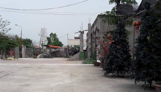 Đất công ngay sát mặc Quốc lộ cũng bị lấn chiếm xây dựng nhà hàng lớn tại địa phương này.