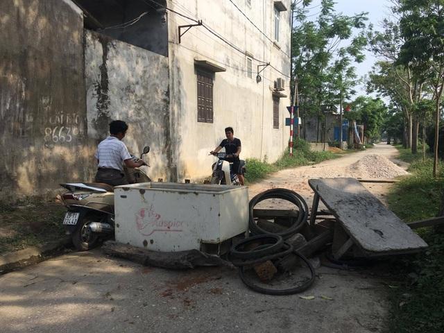 Một trong những lối vào thôn Hoành, xã Đồng Tâm bị hạn chế bằng chướng ngại vật (Ảnh chụp chiều 20/4). (Ảnh: Tuấn Hợp)