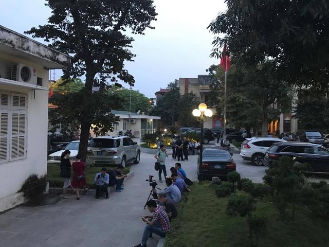 Trời đã sẩm tối, ngoài sân Huyện ủy Mỹ Đức vẫn rất đông người chờ đợi buổi đối thoại diễn ra. (Ảnh: Quang Phong)