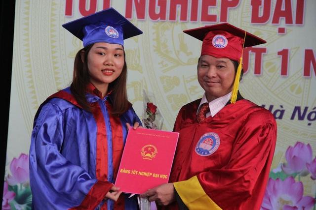 GS.TS Phạm Quang Trung, Giám đốc Học viện Quản lý Giáo dục trao bằng tốt nghiệp cho các tân cử nhân