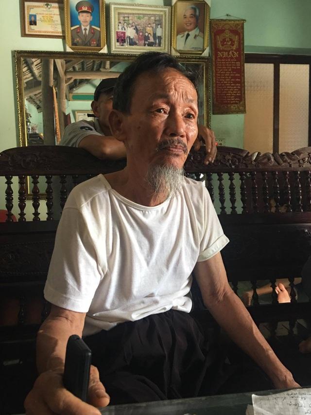 Cụ Nhạc chia sẻ niềm vui của người dân thôn Hoành khi nghe tin Chủ tịch Hà Nội về làm việc. (Ảnh: Tuấn Hợp)