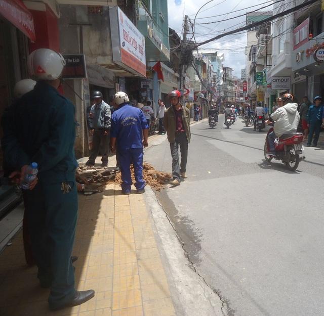 Mặt đường Nguyễn Văn Trỗi (TP Đà Lạt) xuất hiện những vết nứt bất thường