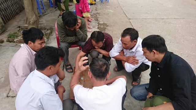 Cuộc sống yên bình thường nhật nhanh chóng trở lại với người dân nơi đây. Trong ảnh, một nhóm đàn ông trong làng say sưa bên bàn cờ ngay sau khi việc thả người kết thúc.