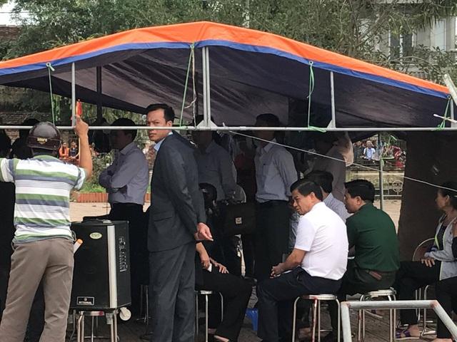Thiếu tướng Đoàn Duy Khương - người mặc áo trắng - tham gia trong buổi lập biên bản thả 19 người bị dân giữ.