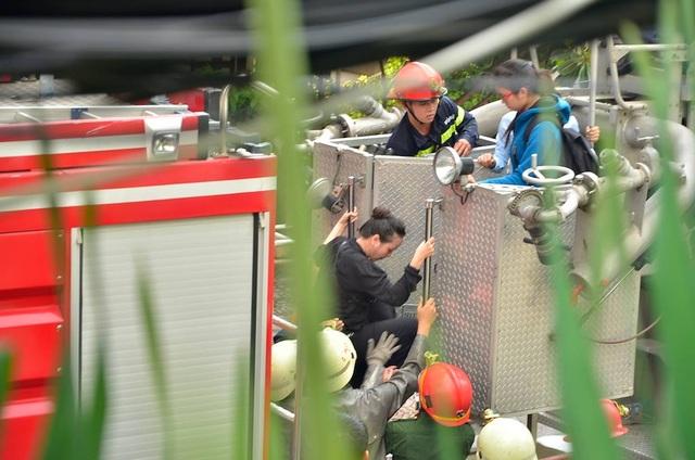 Giải cứu thành công 15 người trong ngôi nhà 4 tầng bất ngờ bốc cháy - 4