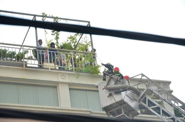 Giải cứu thành công 15 người trong ngôi nhà 4 tầng bất ngờ bốc cháy - 5