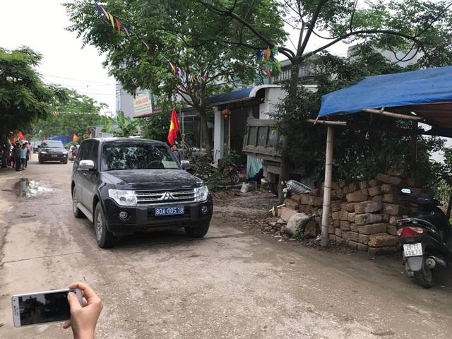 Đoàn xe của Chủ tịch TP và đại diện các cơ quan trung ương về đến đầu làng.