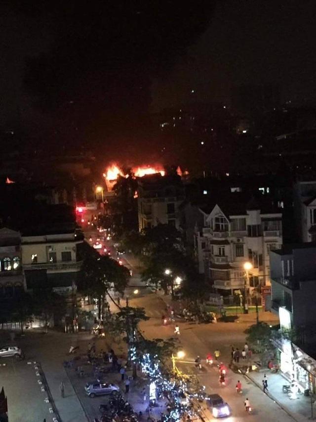 Hà Nội: Gara ô tô rộng hàng trăm mét vuông bốc cháy dữ dội - 2