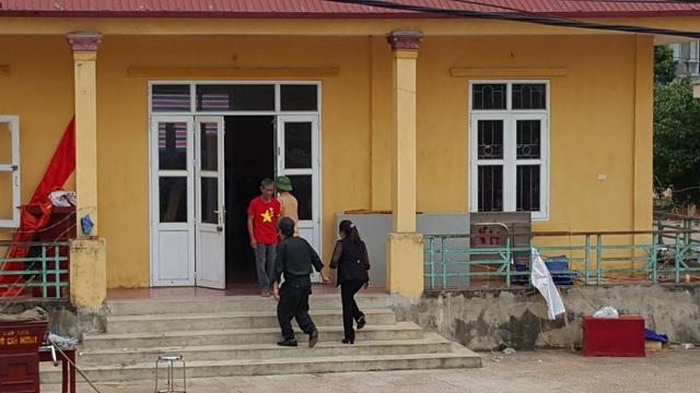 Thượng tá Phạm Văn Trung - Phó trung đoàn trưởng Trung đoàn CSCĐ cùng bà Nguyễn Thị Lan - Bí thư Đảng ủy xã Đồng Tâm vào nơi giữ các chiến sĩ.