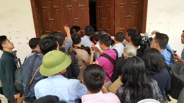 Rất đông người dân và các phóng viên không được vào trong hội trường, đã tập trung kín ngoài cánh cửa hội trường để nắm bắt thông tin. Loa truyền thanh xã phát đi thông báo, cuộc đối thoại sẽ được phát trực tiếp trên loa cho toàn thể nhân dân theo dõi.