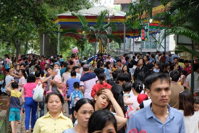 Tại Hà Nội, các khu vui chơi, công viên đều trong tình trạng đông đến nghẹt thở. Công viên Thủ Lệ quá tải về lượng người đến tham quan. Biển người chen nhau đặc kín, gần như không có một chỗ trống. (Ảnh: Hà Trang)