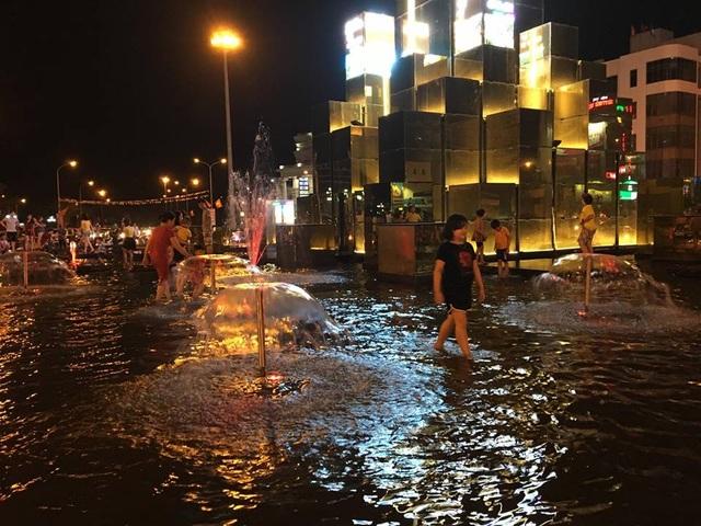 Người dân vô tư lội cả vào trong khu vực hồ nước