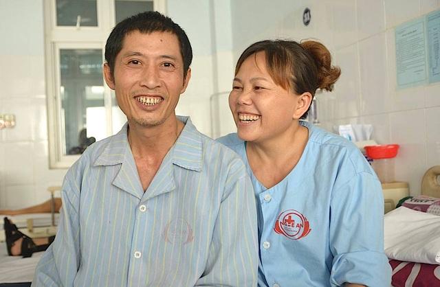 Nay anh đã được cứu sống và vui vẻ cùng vợ trong ngày xuất viện trở về nhà.