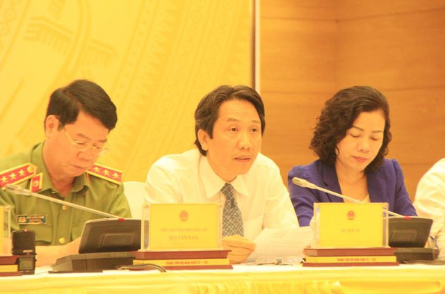 Thứ trưởng Bộ Nội vụ Trần Anh Tuấn (giữa) khẳng định Bộ đã báo cáo trung thực, đầy đủ trong vấn đề nhân sự liên quan ông Lê Trung Chinh.