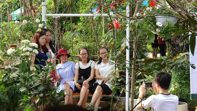Cũng chính vì vẻ đẹp ấn tượng của vườn hoa hồng mà vào những dịp cuối tuần, nơi đây thu hút khá đông những người yêu hoa đến thưởng lãm, chụp ảnh.