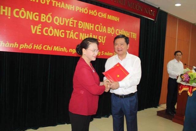 Bà Nguyễn Thị Kim Ngân trao quyết định phân công nhiệm vụ mới cho ông Đinh La Thăng. (Ảnh: Công Quang)