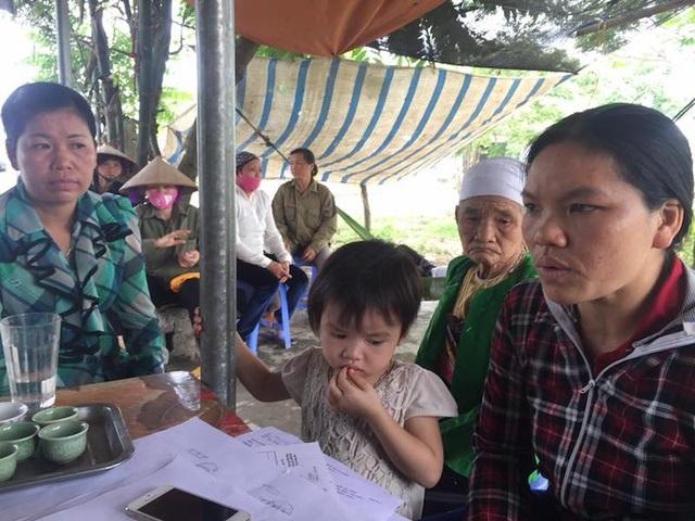 PV Dân trí trao đổi với người dân xã Thanh Lương (Lương Sơn - Hoà Bình).