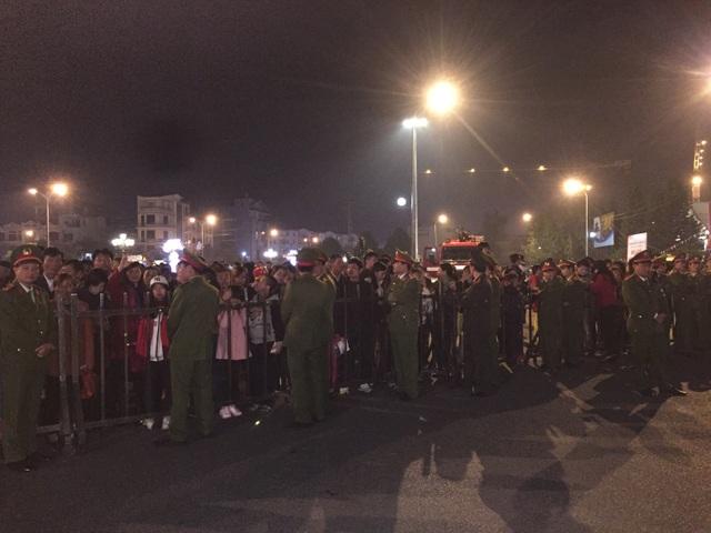 Rất đông người dân tới dự buổi lễ, nhiều người phải đứng ngoài hàng rào để xem.