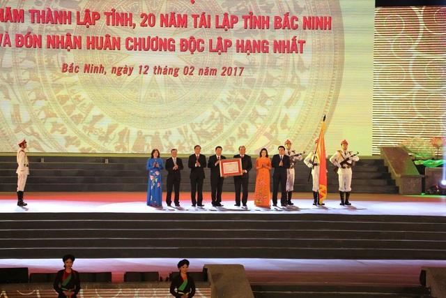 Thủ tướng Nguyễn Xuân Phúc trao Huân chương Độc lập hạng Nhất cho tỉnh Bắc Ninh.