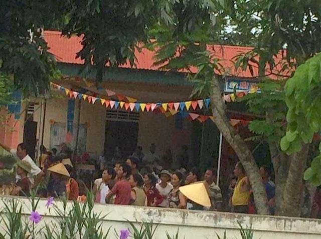Người dân kéo đến trong khuôn viên của trường mầm non Thọ Sơn.