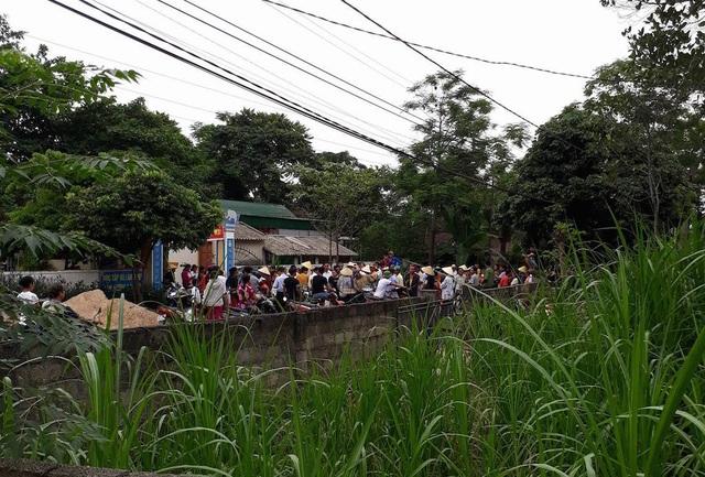 Hàng trăm người dân kéo đến Trường mầm non phản đối sự việc.