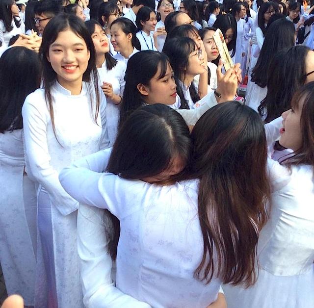 Cả trường bật khóc với bài phát biểu tri ân của học sinh trường Phan Bội Châu - 16