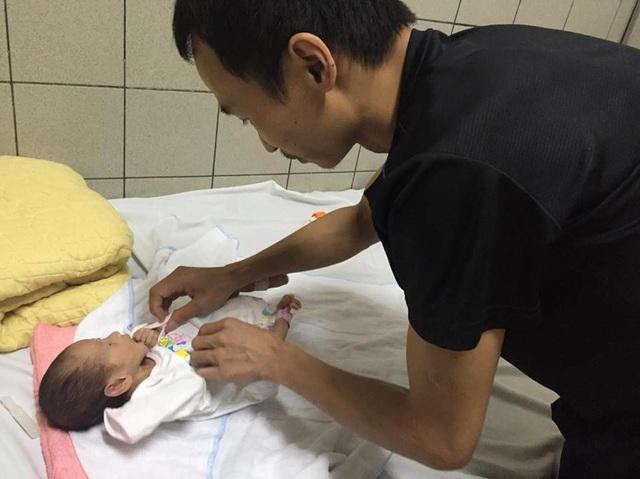 Vợ qua đời, anh Chinh nén nỗi đau để trở ra Hà Nội dõi theo thông tin của con gái.