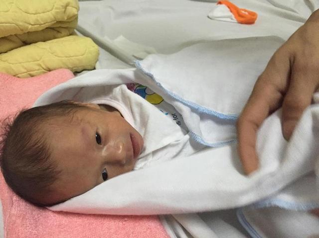 Sau hơn 40 ngày nằm điều trị đặc biệt, bé Yến Nhi đã có thể ra ngoài và sẽ được xuất viện trong thời gian tới.
