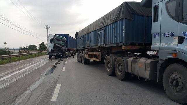Chiếc xe container do không làm chủ tốc độ đã tông thẳng vào đuôi xe container chạy phía trước