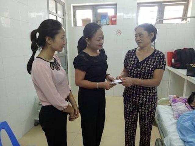 Cô Phạm Hiền Lương - Hiệu trưởng Trường Mầm non Hưng Đạo cùng cô Thùy đại diện Ban chấp hành công đoàn nhà trường đã đến thăm hỏi động viên và trao số tiền 1.000.000đ ủng hộ của tập thể cán bộ, giáo viên nhà trường cho bà Trần Thị Tam mẹ của em Đạt.