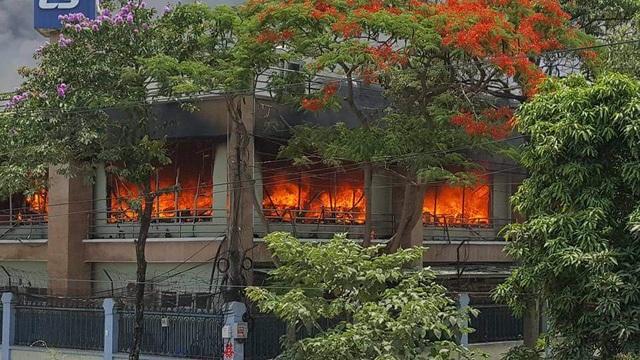 Ngọn lửa được xác định từ khu vực văn phòng sau đó cháy lan rộng ra xung quanh (ảnh CTV)