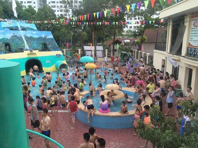 Tại các bể bơi ở Hà Nội, liên tục trong mấy ngày qua lượng người tăng gấp 3 - 4 lần, nhiều nơi rơi vào tình trạng quá tải.