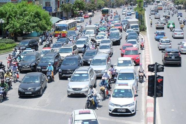 Những ngày qua, thời tiết ở Hà Nội ghi nhận mức nắng nóng kỷ lục khi nhiệt độ ngoài trời lên đến 44-45 độ C, đây là mức nhiệt lớn nhất ghi nhận trong 40 năm qua. Nắng nóng gay gắt, kéo dài khiến cho cuộc sống của người dân bị đảo lộn nghiêm trọng.