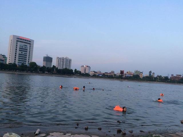 Tại bán đảo Linh Đàm, nhiều người dân đổ dồn về hồ nước để giảm nhiệt. Trong đó, có cả dịch vụ thuê áo bơi cho người có nhu cầu.