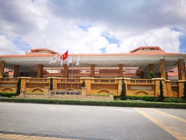 Từ cổng sân golf đi vào một đoạn sẽ thấy tòa nhà hoành tráng nằm phía bên phải. Tòa nhà này được xây dựng theo phong cách bán cổ điển với diện tích lên tới 12.700 m2.(Ảnh: Nguyễn Quang)