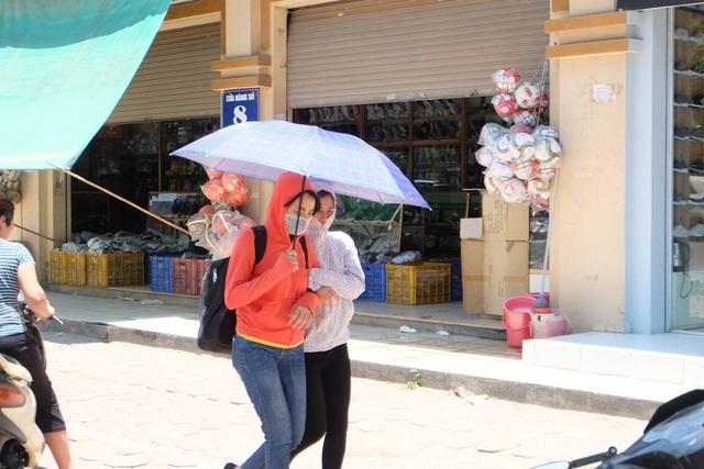Hơi nóng bốc lên trên vỉa hè bỏng rát khiến người đi đường có cảm giác bị ngộp thở.