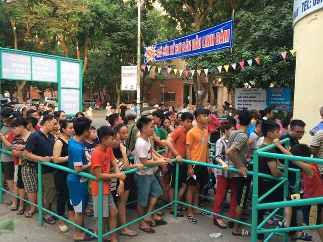 Tại bể bơi bán đảo Linh dàm, hàng đoàn người xếp hàng mua vé gây ra cảnh ùn ứ kéo dài.