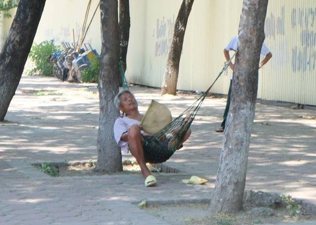 Người lao động tận dụng mọi cách nghỉ ngơi giữa thời tiết nắng nóng