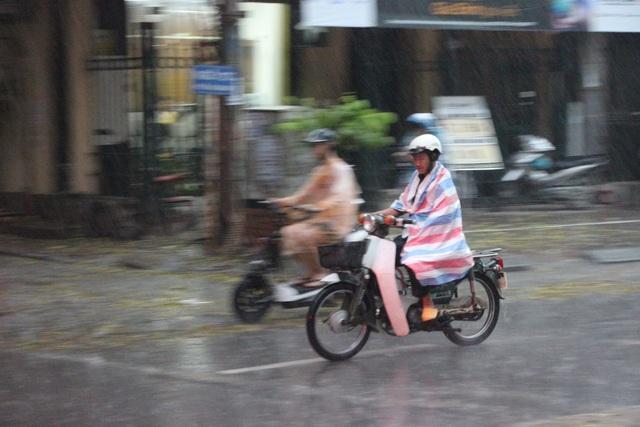 Người Hà Nội hối hả chạy mưa.