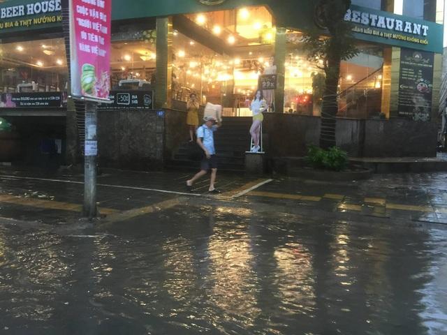 16h45, đường Trần Duy Hưng ngập, nước tràn vỉa hè. (Ảnh: Tuấn Hợp)