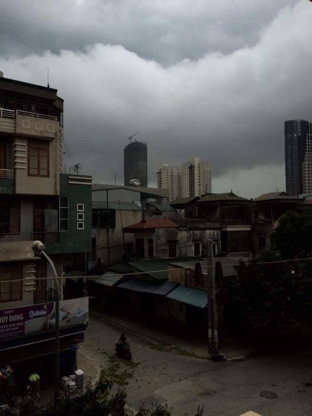 Khu vực Văn Quán - Hà Đông mây đen kịt che kín bầu trời.
