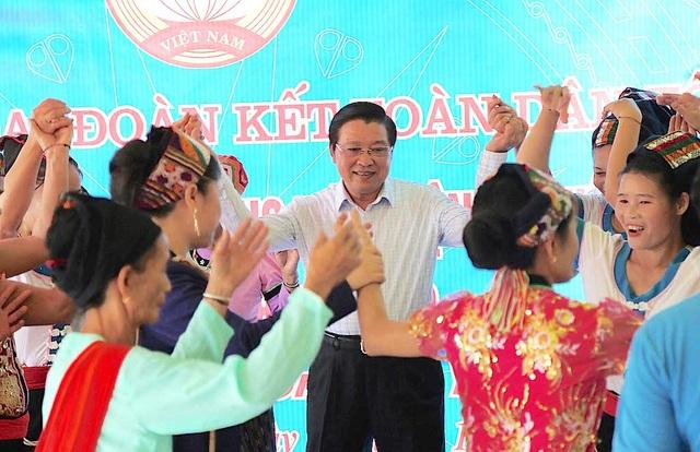 Trưởng Ban Nội chính Trung ương tặng quà, múa lăm vông cùng dân bản - 5