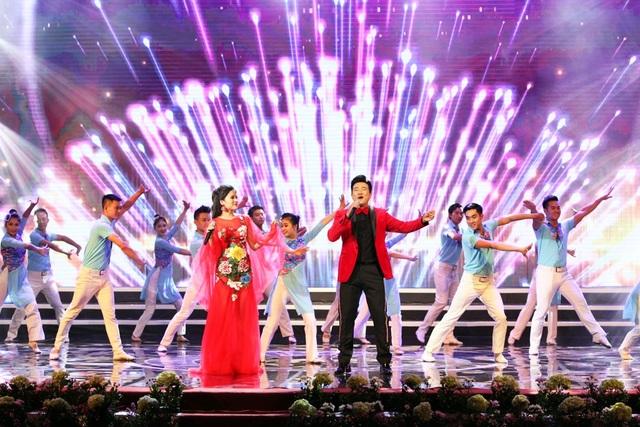 Đúng 20h, Lễ trao giải Nhân tài Đất Việt 2017 chính thức bắt đầu, mở màn bằng phần trình diễn của ca sĩ Minh Quân và các nghệ sĩ múa trên sân khấu đầy màu sắc. Chương trình lên sóng trực tiếp trên kênh VTV2 của Đài truyền hình Việt Nam và được tường thuật trực tuyến trên Báo điện tử Dân trí.