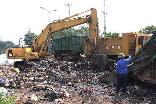 """""""Núi rác"""" ở Hà Nội được thu dọn sau 4 tháng ứ đọng - 3"""