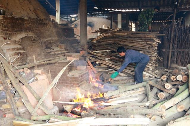 Thông thường, mỗi lò gốm sẽ được đốt trong 2 ngày mới đạt. Nguyên liệu đốt gốm là các loại gỗ như keo tràm, bạch đàn... Các chủ lò gốm ở Gia Thủy cho hay, từ nay đến Tết nguyên đán các lò liên tục đỏ lửa những cũng không đủ hàng cung ứng ra thị trường phục vụ khách hàng.