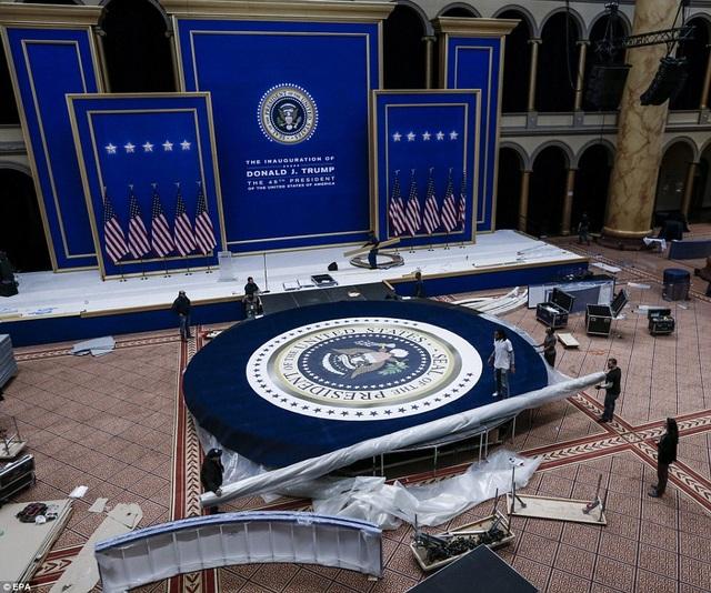 Sân khấu chính của lễ nhậm chức đang được chuẩn bị hoàn tất.