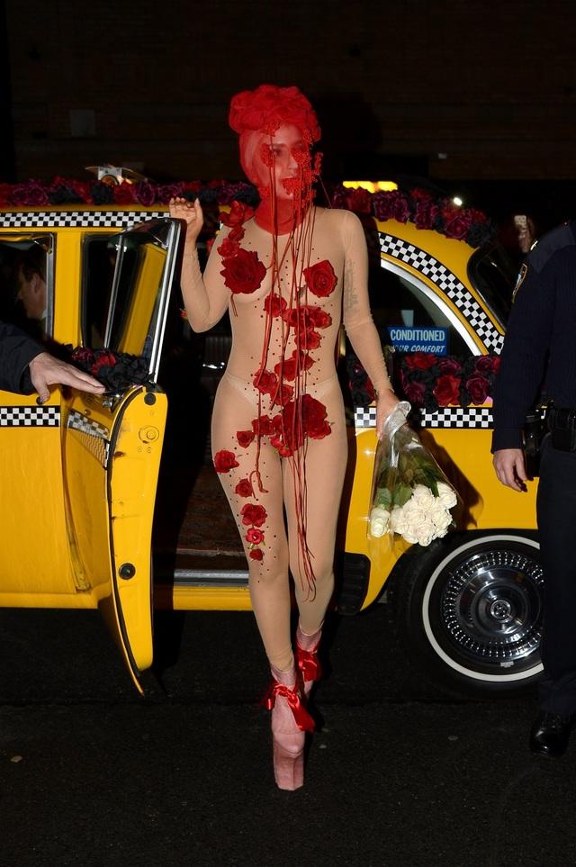 """Bên cạnh những lần thảng hoặc xuất hiện với phong cách trang nhã, lịch sự, Gaga vẫn gắn bó với sự lập dị """"không giới hạn""""."""